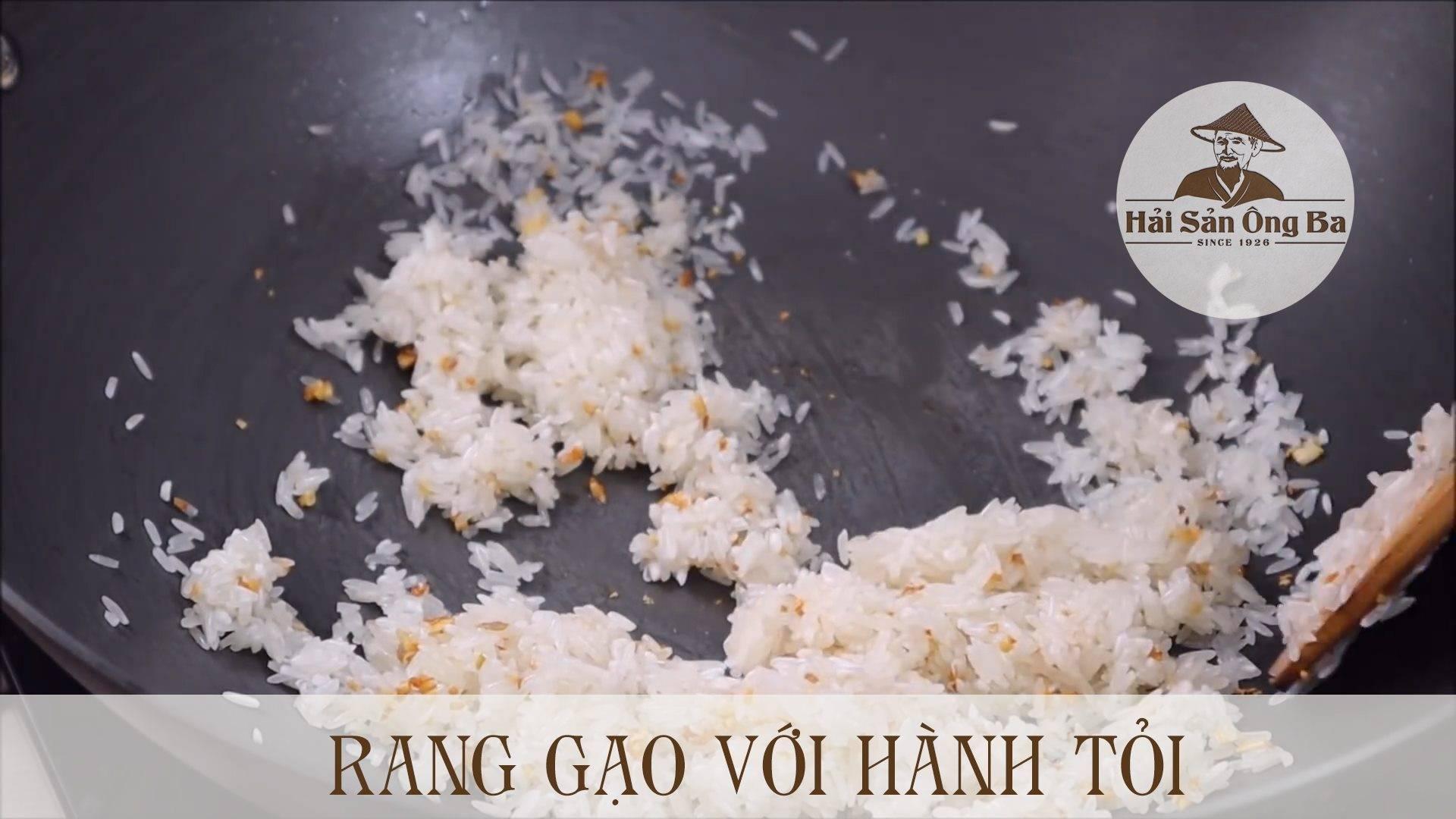 rang gạo với hành, tỏi trong chảo dầu