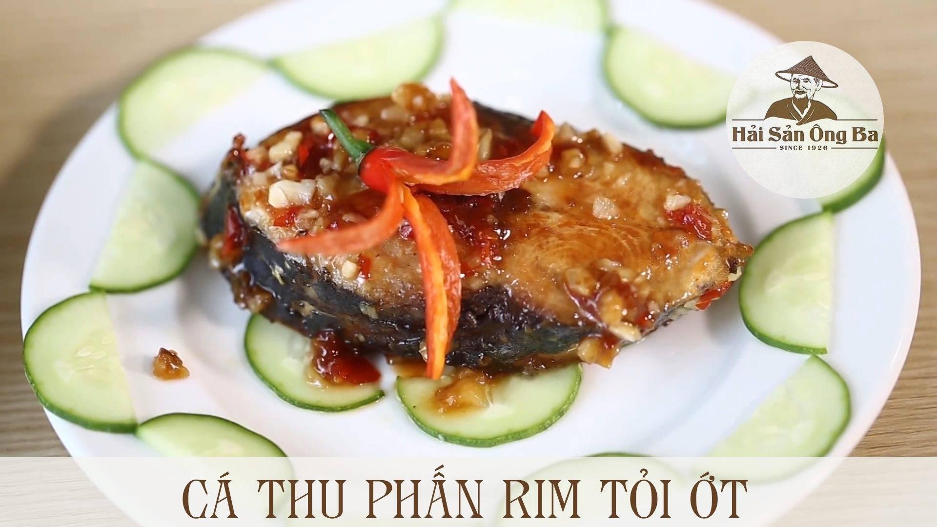 đĩa cá thu rim tỏi ớt trên bàn,
