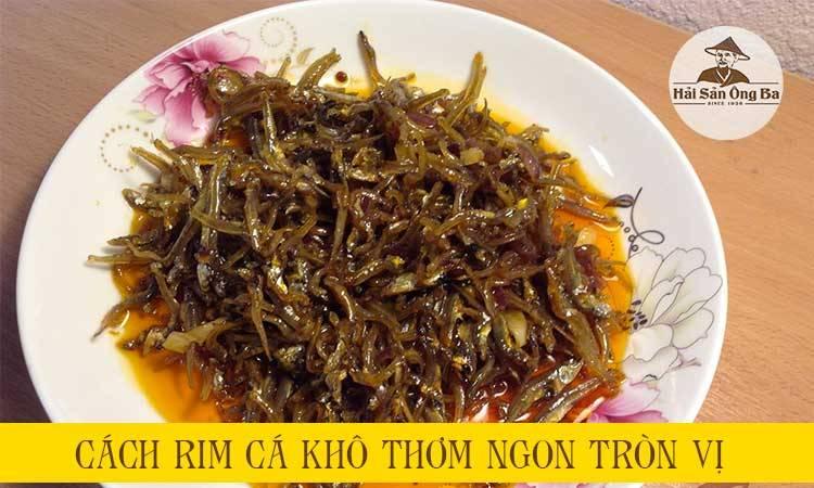 đĩa cá cơm khô rim trên bàn