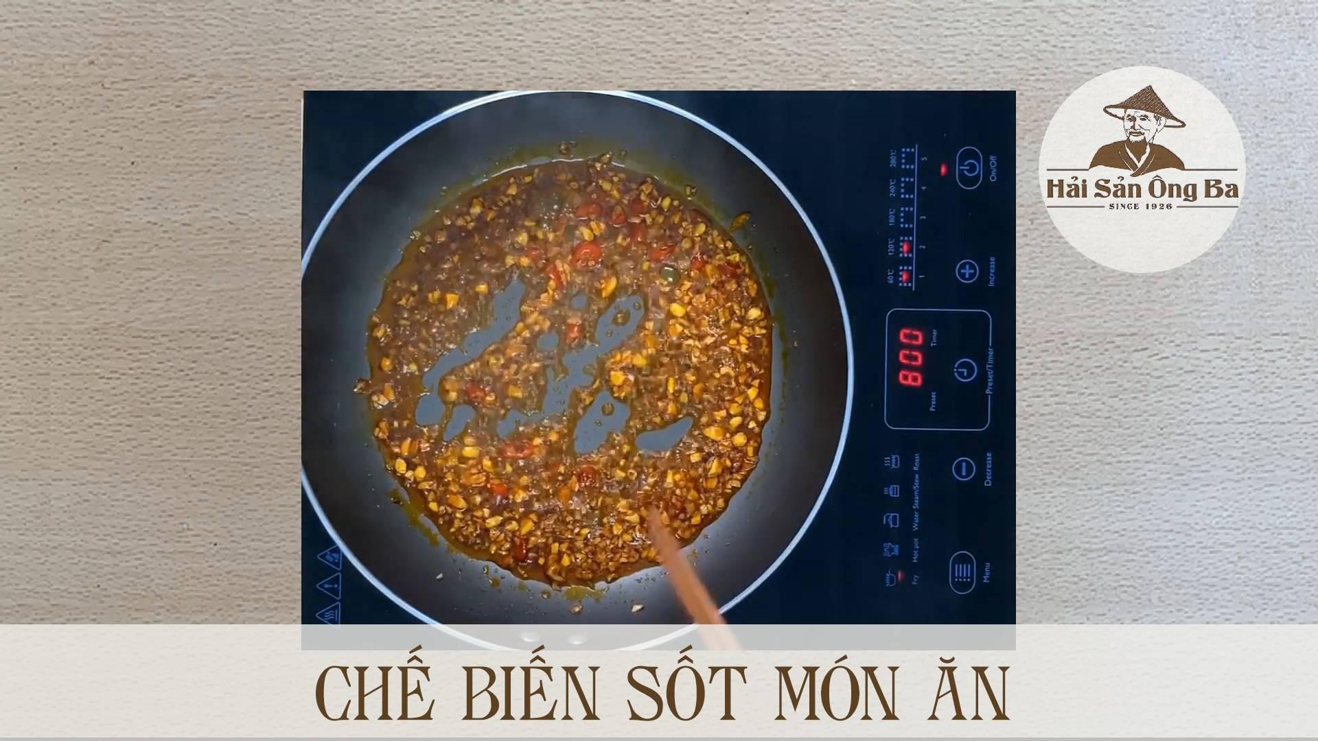 chế biến gia vị trong chảo trên bếp điện, nấu ăn